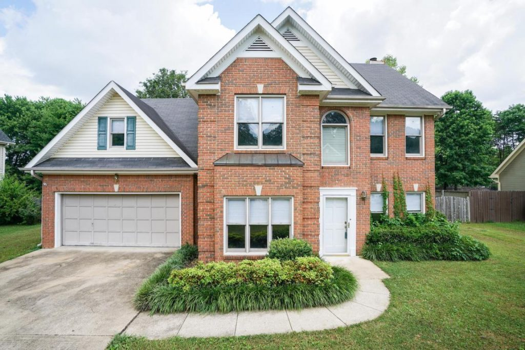 Beautiful four bedrooms 2.5 bath home conveniently located in the Hixson Community of Chattanooga. Extensive open floor plan with an office/study off the foyer.